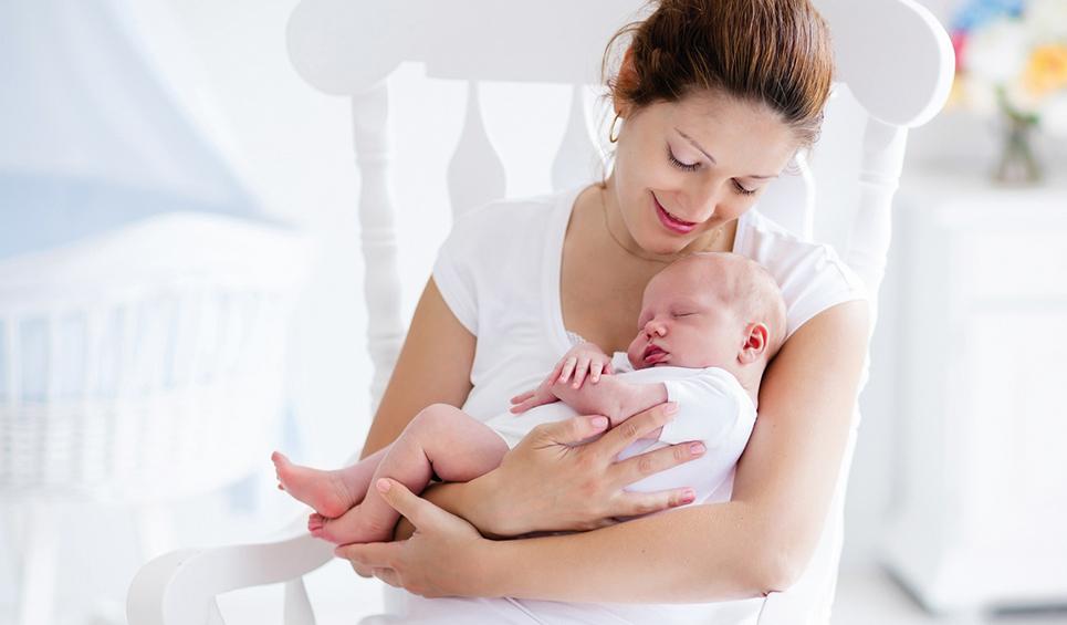 Mutter mit Baby im Arm