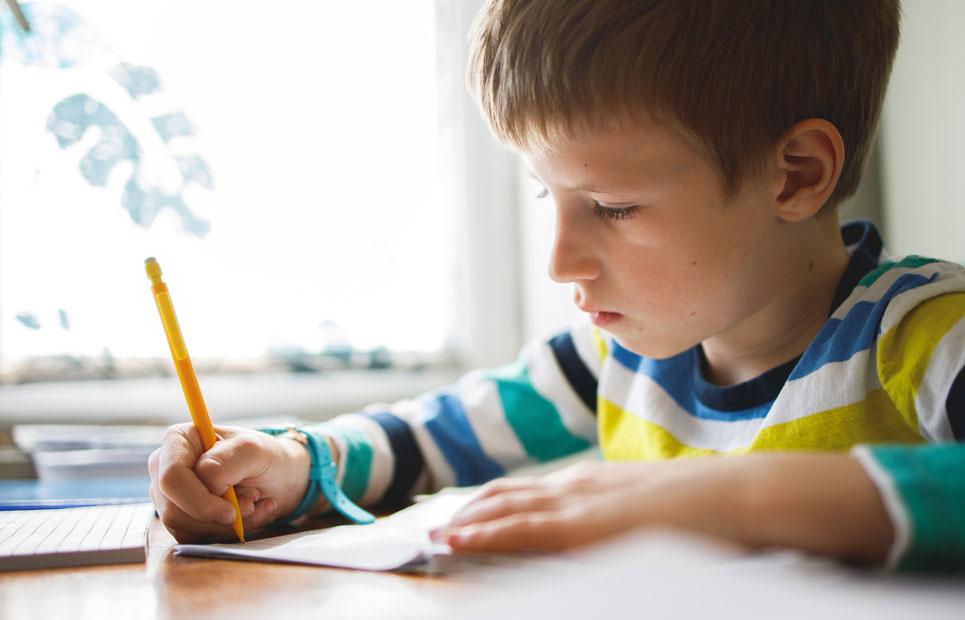 Junge lernt am Schreibtisch