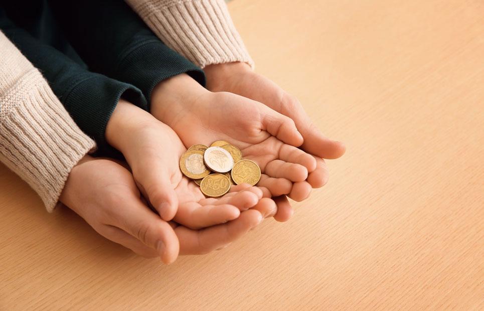 Kinderhände mit Münzen