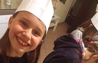 Ein Mädchen beim Pralinen selbst herstellen