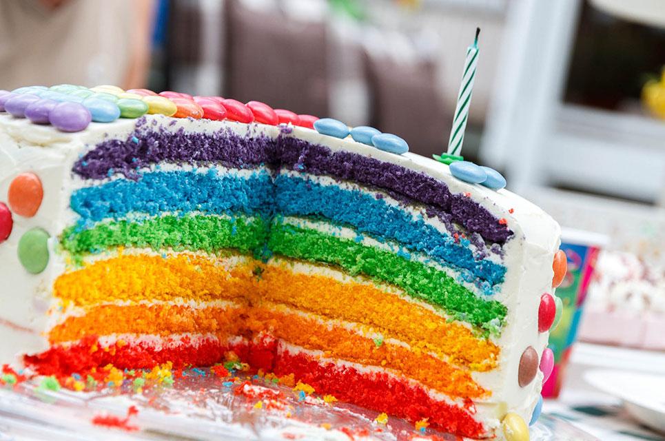 Geburtstagstorte in Regenbogenfarben
