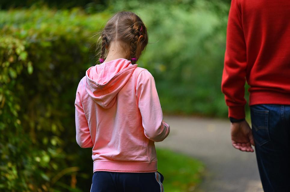 Traugises Mädchen läuft hinter Vater