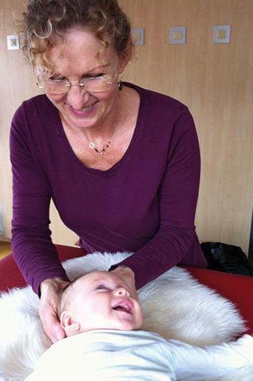 Physiotherapeutin behandelt Baby