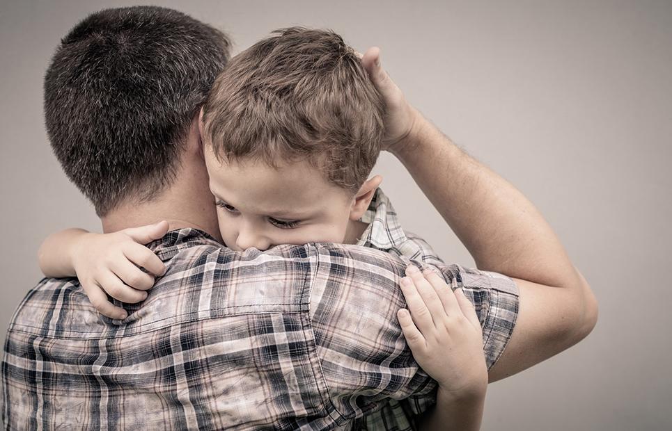 Ein Vater tröstet seinen Sohn.