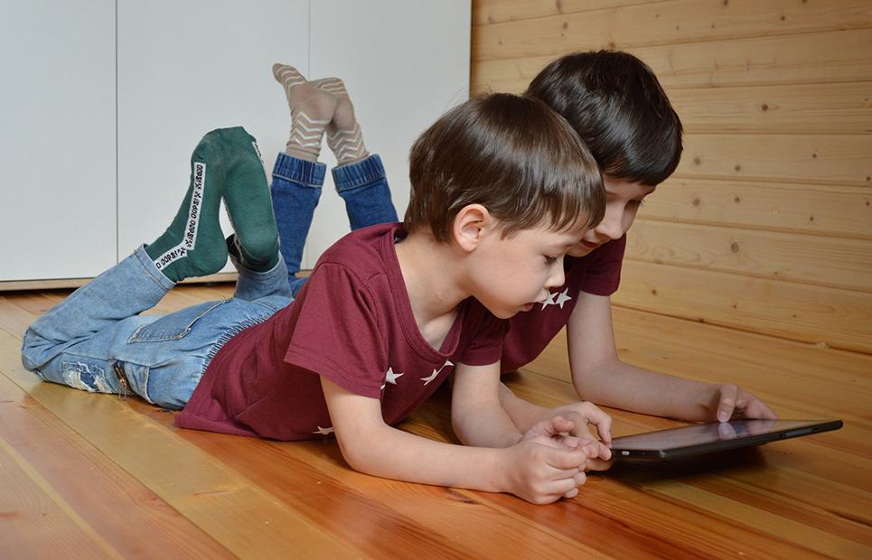 Zwei Jungs surfen im Internet