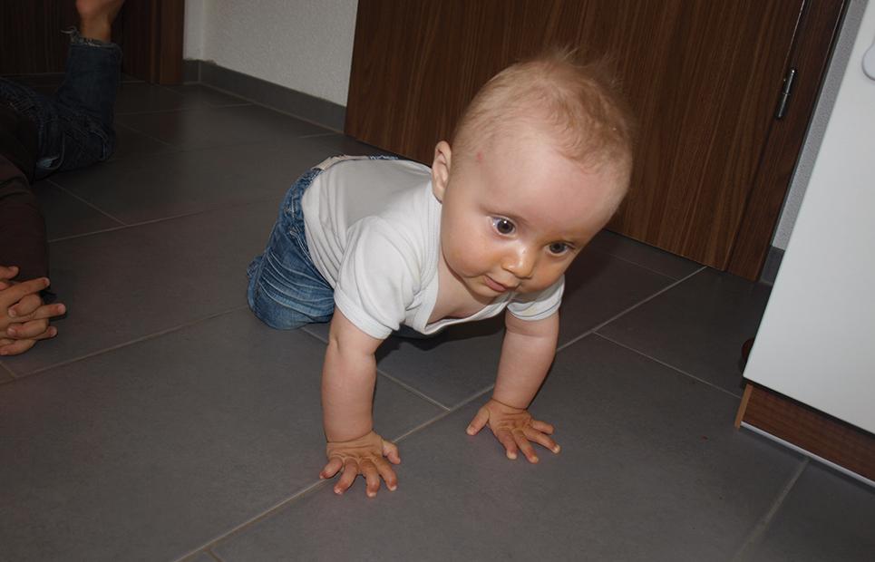 Baby krabbelt