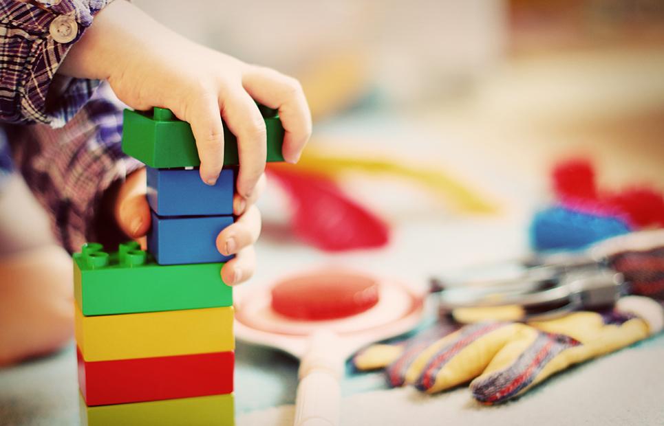 Kind spiel mit Lego Duplo
