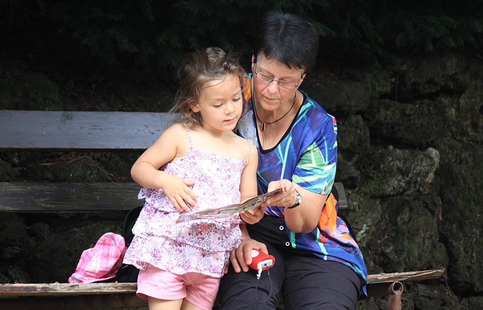 Eine Großmutter mit ihrem Enkelkind.