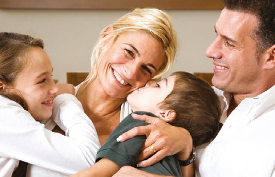Familie umringt Mutter