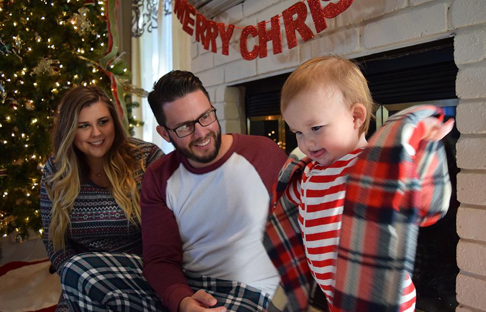 Junge Familie an Weihnachten
