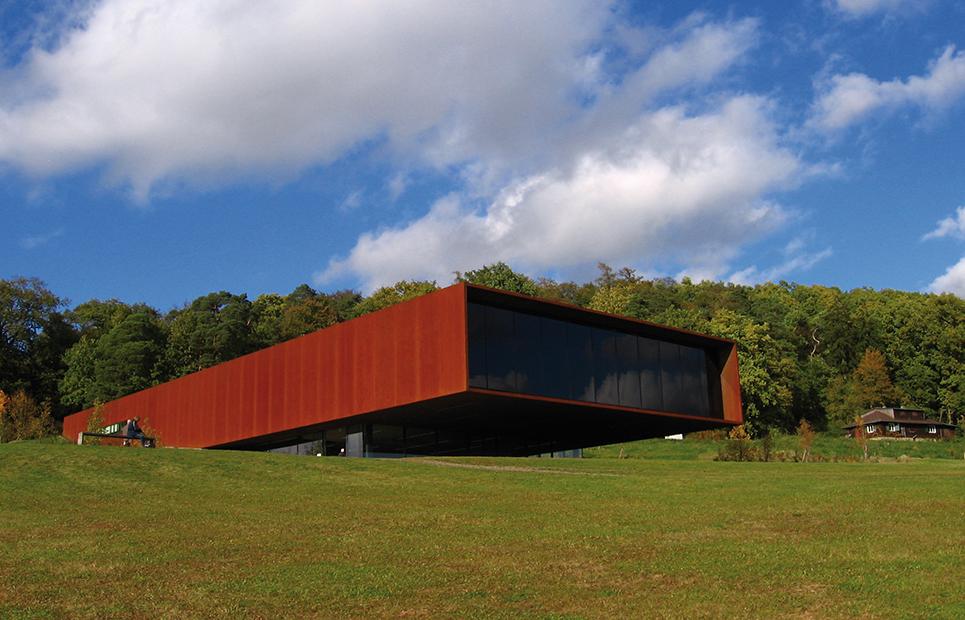 Außenansicht auf das futuristisch anmutende Museumsgebäude der Keltenwelt am Glauberg