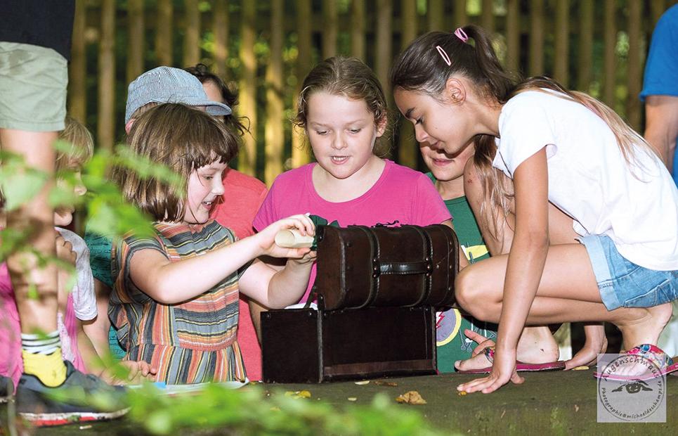 Kinder beim Öffnen einer Schatztruhe