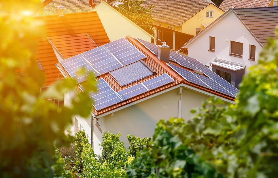 Sonnenkollektoren auf einem Hausdach