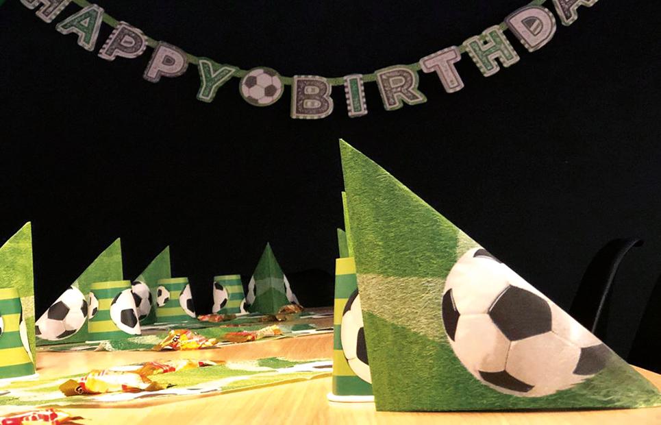 Gedeckter Geburtstagstisch mit Fußball-Motto