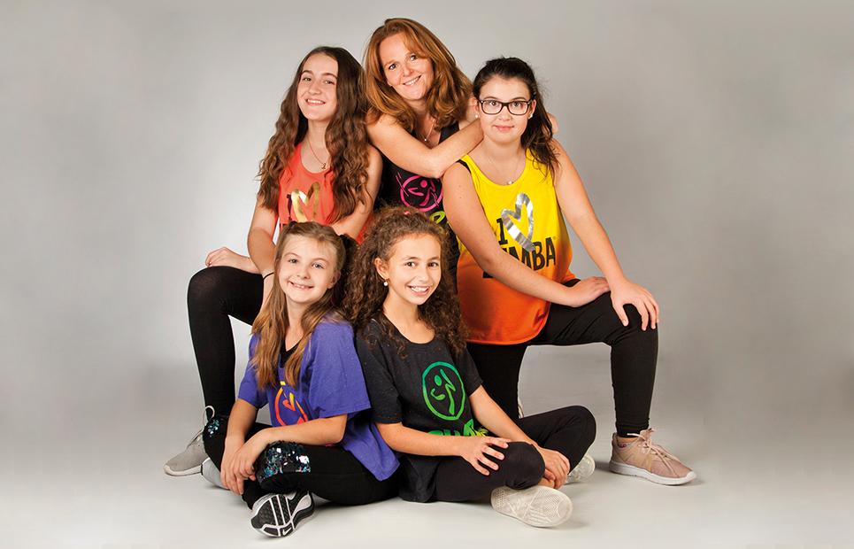Gruppenfoto von Mädchen in Zumba-Outfits mit Tanztrainerin