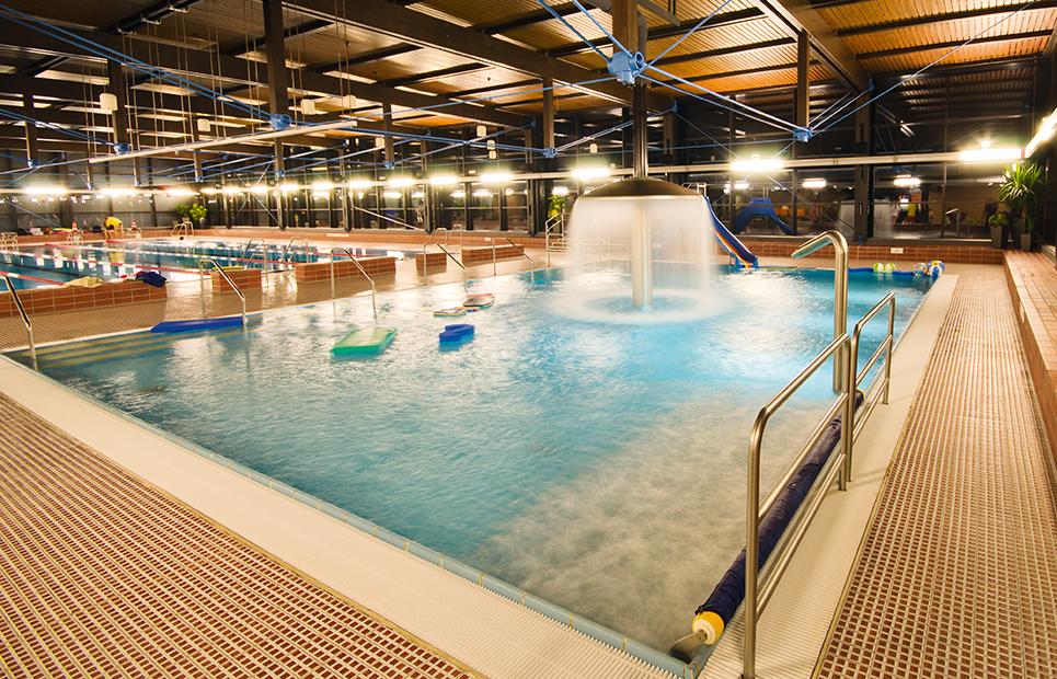 Innenansicht auf das Nichtschwimmerbecken des Hallenbads Erlensee