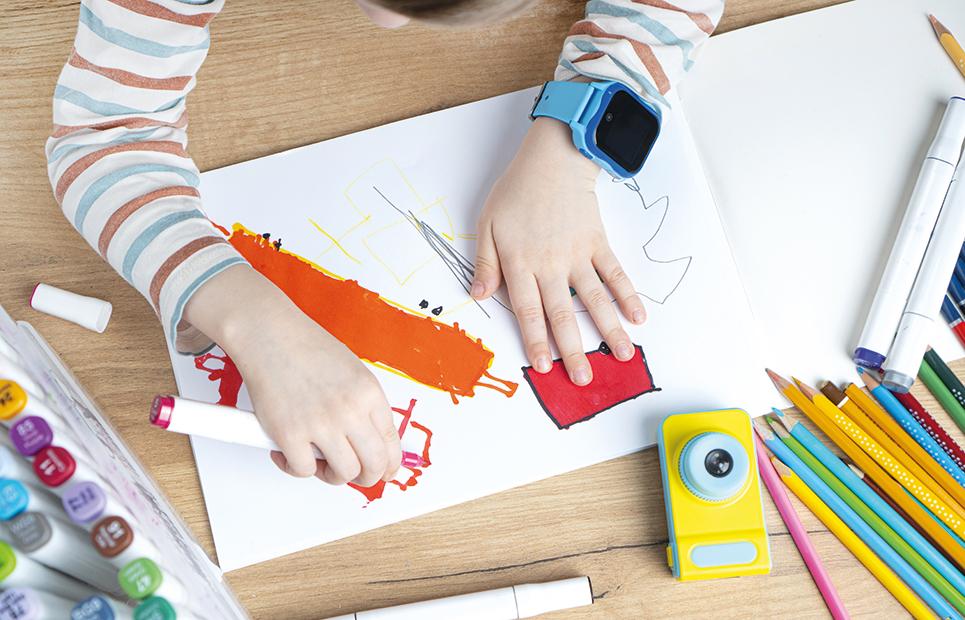 Kind mit Smartwatch am Arm