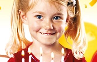 Mädchen vor einer Geburtstagstorte