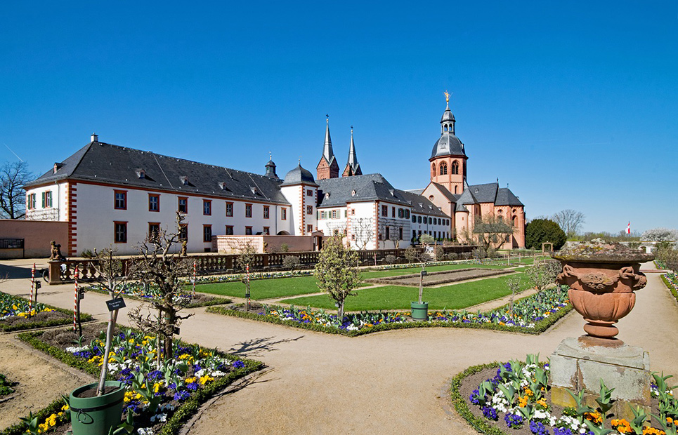 Ansicht auf das Kloster Seligenstadt und den Klostergarten