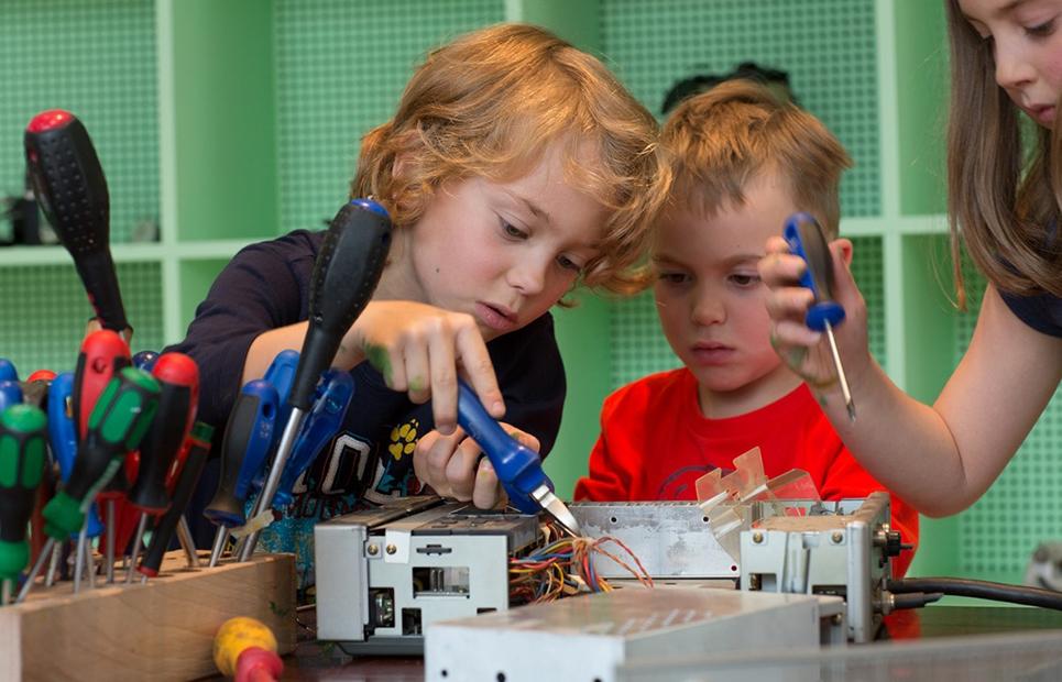 Kinder bei einem Elektro-Workshop