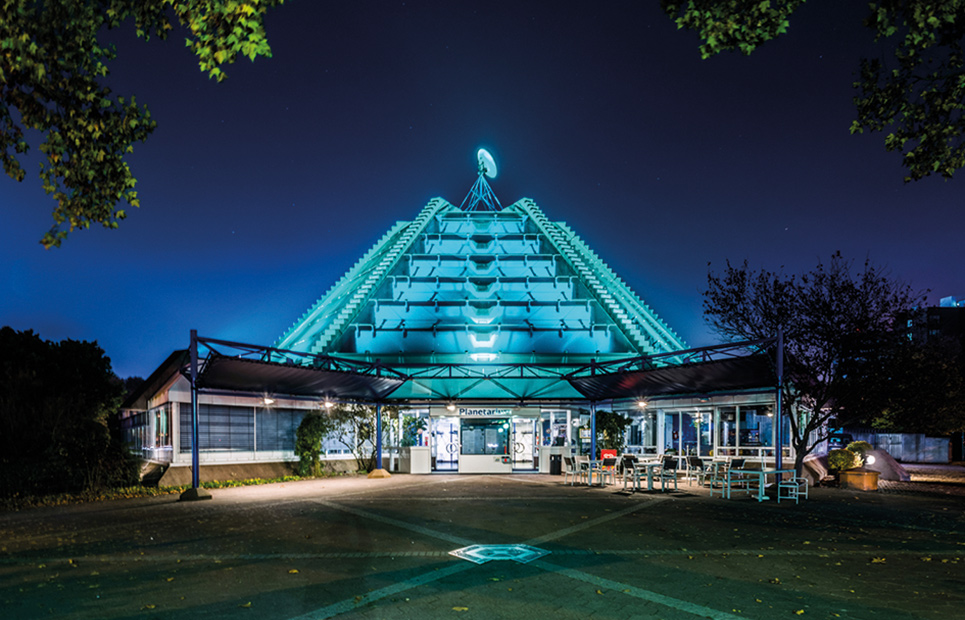 Außenansicht auf das Planetarium Mannheim bei Nacht